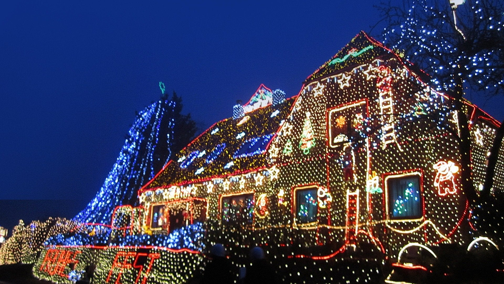 Invasion of the Christmas Lights 3: Europe